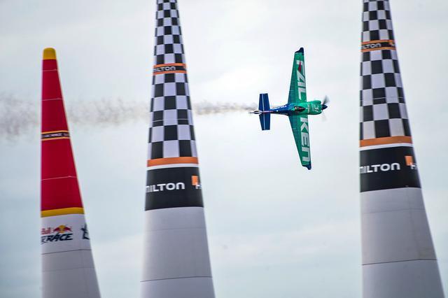 画像: エアレースは「究極の3次元モータースポーツ」と呼ばれる、小型飛行機による空中タイムトライアルだ。