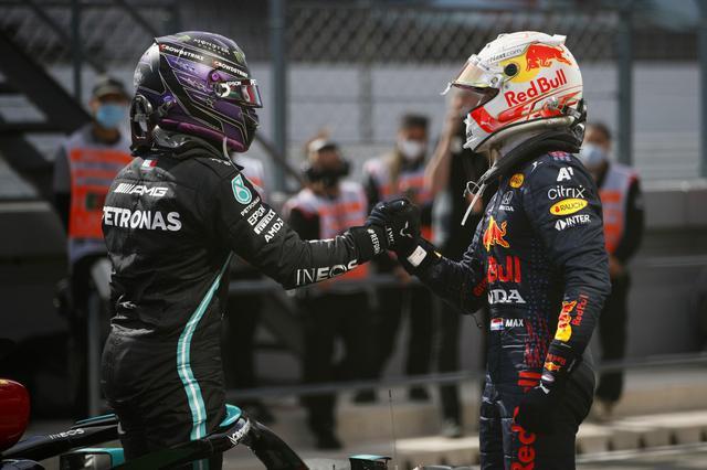 画像: 優勝したルイス・ハミルトン(左)と2位のマックス・フェルスタッペン。