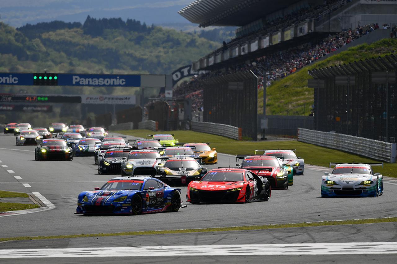画像: 上位3台は予選順位のまま1コーナーへ、6番手スタートの11号車GT-Rがポジションアップ。
