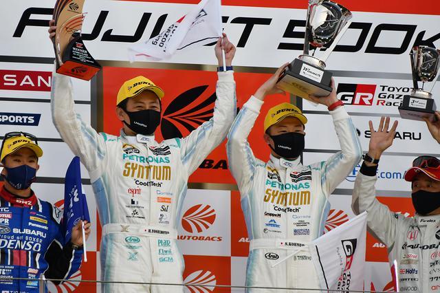 画像: GT300クラスで優勝した60号車 SYNTIUM LMcorsa GR Supra GT。吉本大樹(左)と河野駿佑(右)がドライブ。河野は4号車グッドスマイル初音ミクAMGのメンテを手掛けるRSファイン河野氏のご子息。
