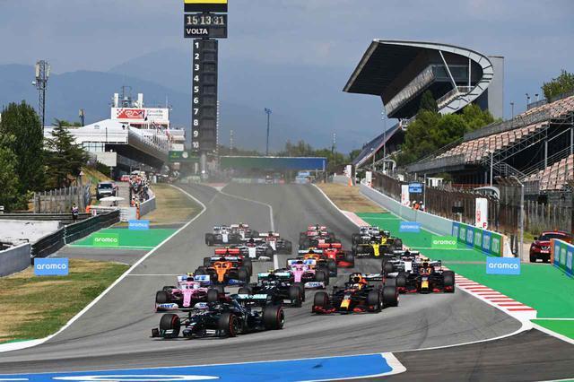 画像: 昨年のスペインGPのスタートシーン。下り坂の1コーナーはオーバーテイクポイント。