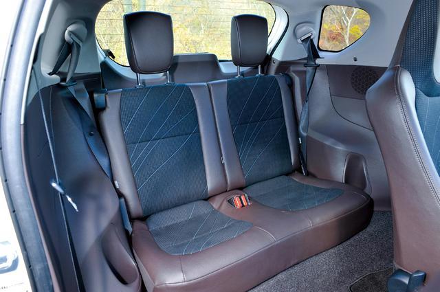 画像: 快適とまでは言えないものの、大人が座っても見た目ほど狭く感じない不思議なリアシート。助手席後ろならば膝まわりに若干の余裕もできる。