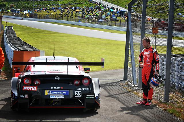 画像: 悔しさをにじませる23号車GT-RのR・クインタレッリ選手。