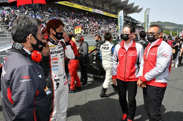 画像: 予選6,7番手のGAINER GT-Rの激励に訪れた日産自動車COO アシュワニ・グブタ氏(右)。