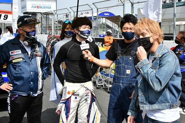 画像: ポールを獲得した宮田莉朋選手にマイクを向けるのは代役レポーターの小河諒さん。