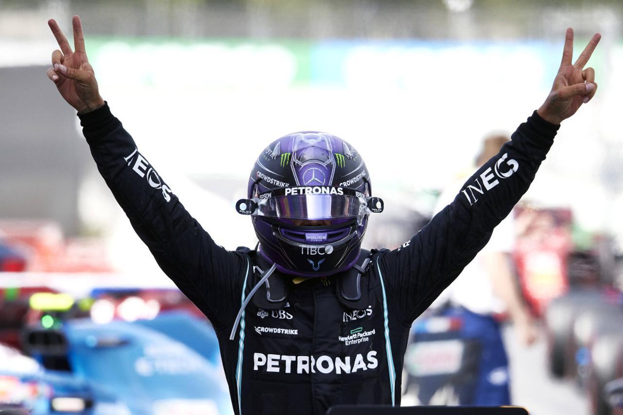 画像: 抜けないサーキットと言われるカタロニアで、意表をつくタイヤ戦略を敢行。今季3勝目通算98勝目をあげたメルセデスのルイス・ハミルトン。