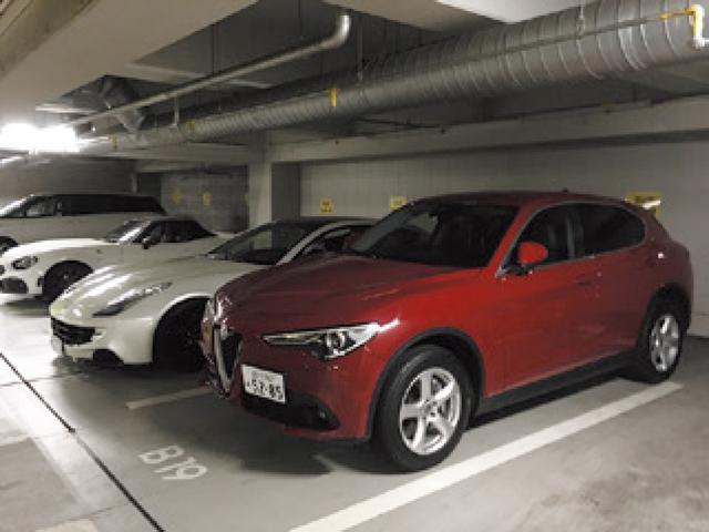 """画像: 都内の地下駐車場でフェラーリ、アバルトと並ぶ。""""ファミリー""""や""""ブラザー""""を意識することも多い。"""