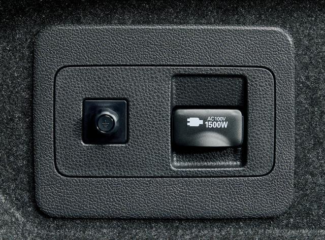 画像: 停電などの非常時に給電可能なアクセサリーコンセント(AC100V・1500W)。オプション。
