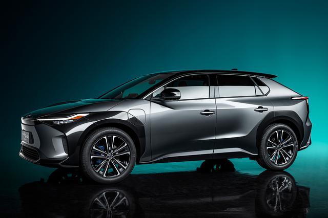 画像: トヨタが発表したスバルとの共同開発EV「トヨタbZ4X」。