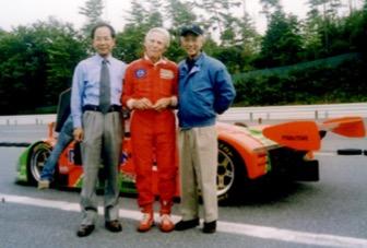 画像: ポール・フレール氏の83歳を三次テストコースでお祝いした時のワンショットだ。スポーツカーをこよなく愛する3人の、とてもいい人間関係がにじみ出ている1枚だ。