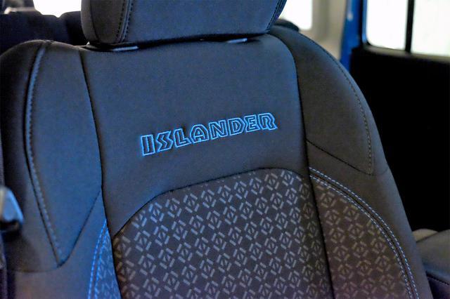 画像: ISLANDERのロゴとサーフブルーのステッチ入りの布製バケットシート。