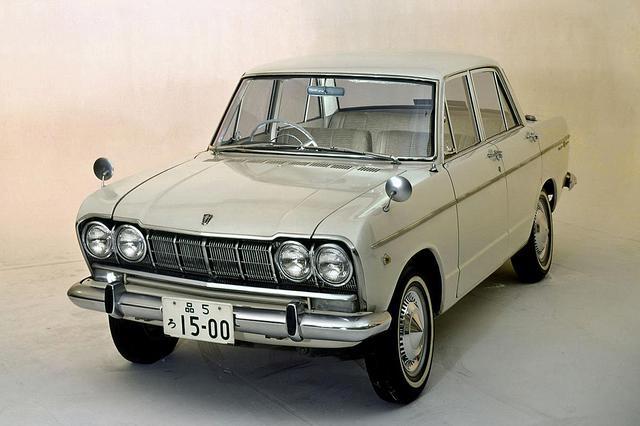 画像: プリンス スカイライン 1500デラックス(S50D-1型 )。2代目スカイラインはデラックスが1963年11月に発売され(発表は同年9月)、翌1964年4月にスタンダードが発売された。価格は前者が73万円、後者が62万円だった。
