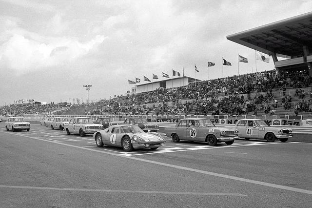 画像: 1964年(昭和39)年5月、鈴鹿サーキットで開催された第2回日本グランプリ。国民の注目を集めた決勝のスターティンググリッドに並んだのは、予選1-2位をNo.41の生沢 徹とNo.39の砂子義一のプリンス スカイラインGT、3位は予選でクラッシュし、応急処置を施した式場壮吉の駆るNo.1のポルシェ 904カレラGTS(前列左端)。プリンスはこのGT-IIクラスに計7台のスカイラインGTを投入した。