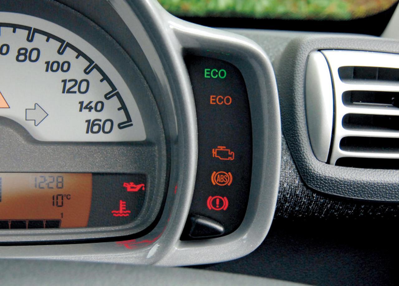 画像: スピードメーター横のECOインジケーター。アイドリングストップが作動可能の時はグリーンのECOが点灯し、水温60度以下の不可の時はオレンジのものが点灯する。
