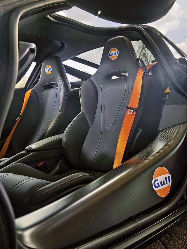 画像: シートのヘッドレストとドアシルには「Gulf」のマークが入れられている。