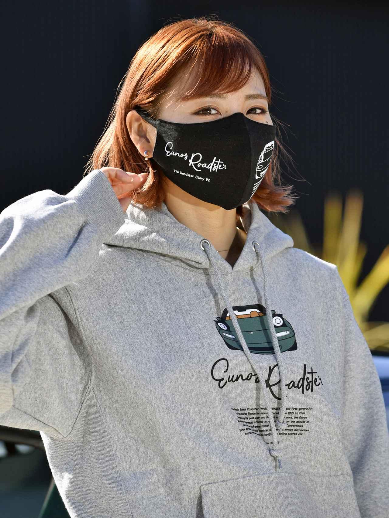 画像: 抗菌防臭加工済みの綿100%で、カラーはホワイトとブラック。ウイルスを遮断する性能はないので、市販のマスクの上に着用すること。価格は1000円(税込)。
