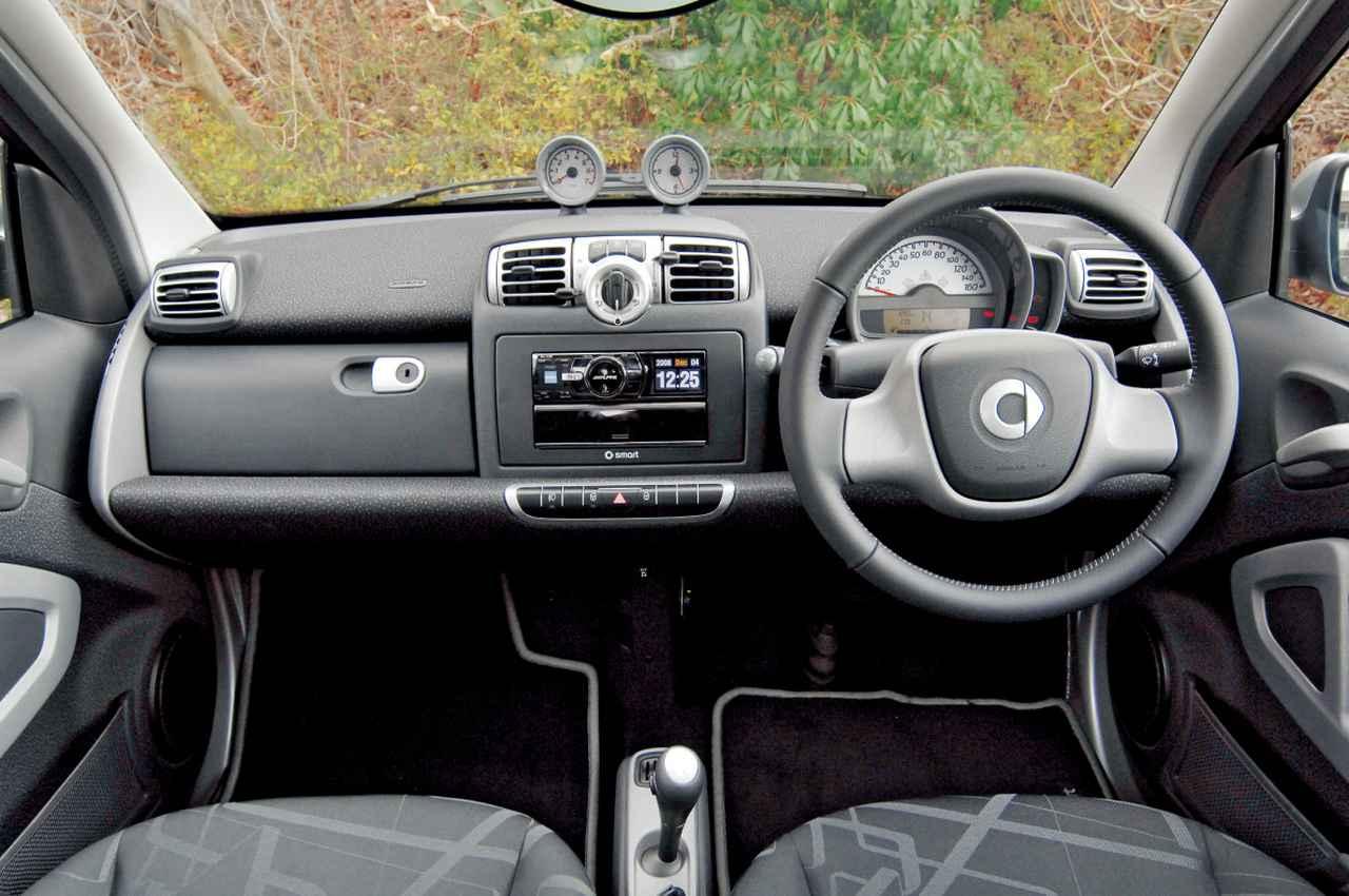 画像: インパネのデザインは基本的に従来と変わらないが、スピードメーター横のインストゥルメンタルクラスタ内にECOインジケーターが追加された。