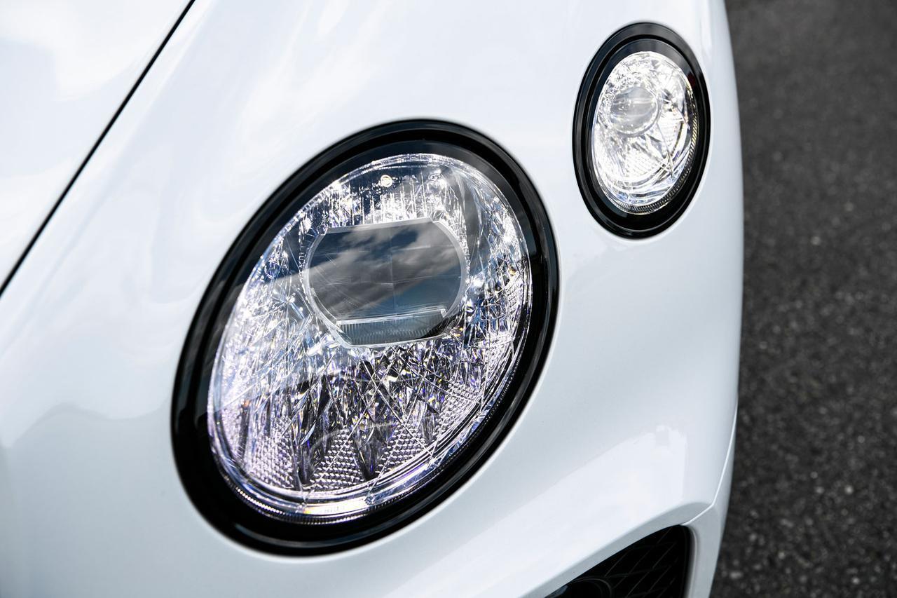 画像: ヘッドライトの4灯にはクリスタルガラスのカット技術のような特殊加工が施されている。