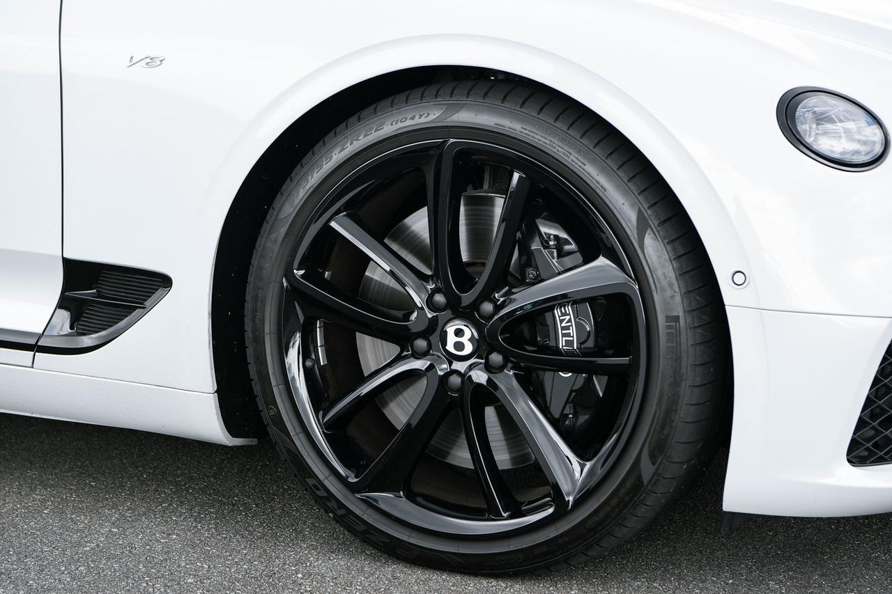 画像: タイヤは標準で前265/45R20・後295/40R20だが、試乗車には前275/35R22・後305/20R22サイズを装着されていた。