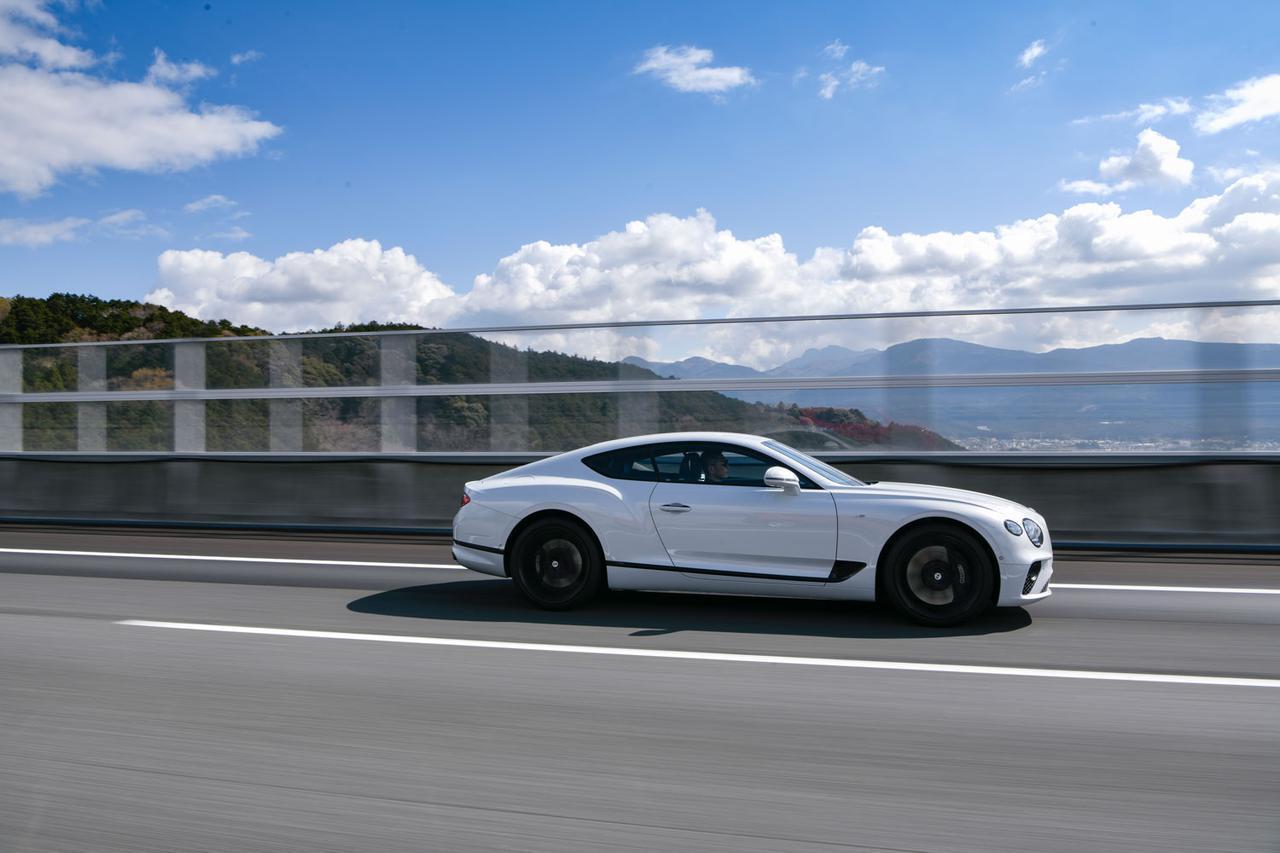 画像: 高速道路をクルージングしているだけなら、キャビンはスポーツカーと思えないほどの静寂さを保っている。