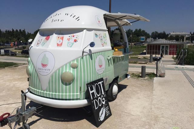 画像: イベント会場や観光名所などでよく見かけるキッチンカー。その名のとおり調理できるキッチンを装備しているのだが、さて石焼き芋販売車はどうだろうか。