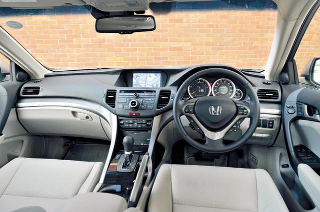 画像: 質感向上が図られたインテリア。ドライバーズカーらしいデザインで、ダッシュパネルなどに上質さを高めたという素材が用いられる。