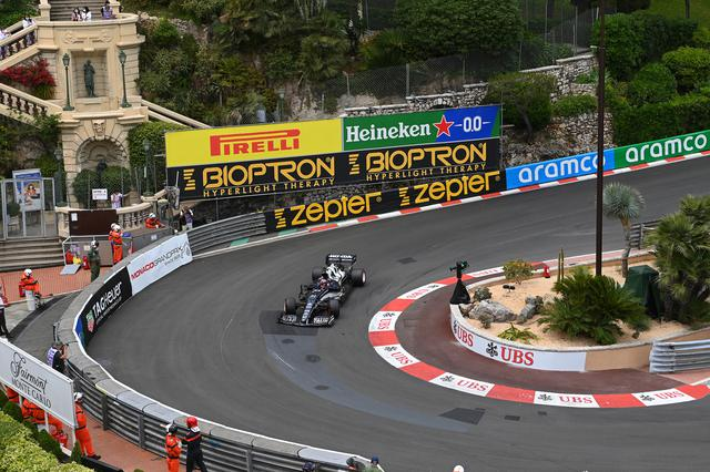 画像: 初めての走行となったモナコ市街地サーキットで、トップドライバーと互角に戦った角田裕毅(アルファタウリ・ホンダ)。名物コーナーのひとつ、フェアモンヘアピン。