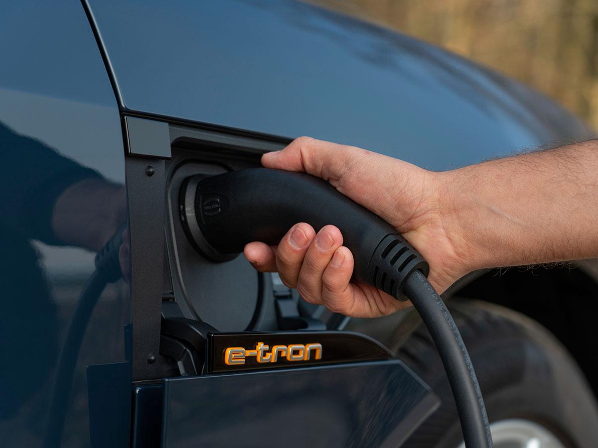 画像: EVには直流対応の急速充電口と交流対応の普通充電口の2タイプが用意される。(アウディeトロン スポーツバック)