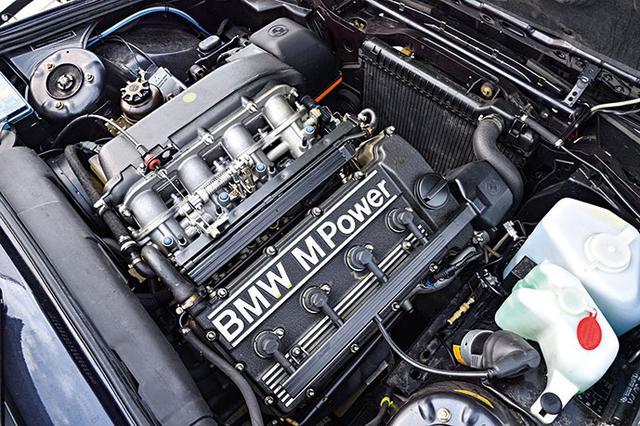 画像: 初代E30には2.3L直4自然吸気のS14B23型を搭載。初期型は194ps/230Nmで、後に排気量を2.5Lに上げて、238 ps/240Nmにアップした。