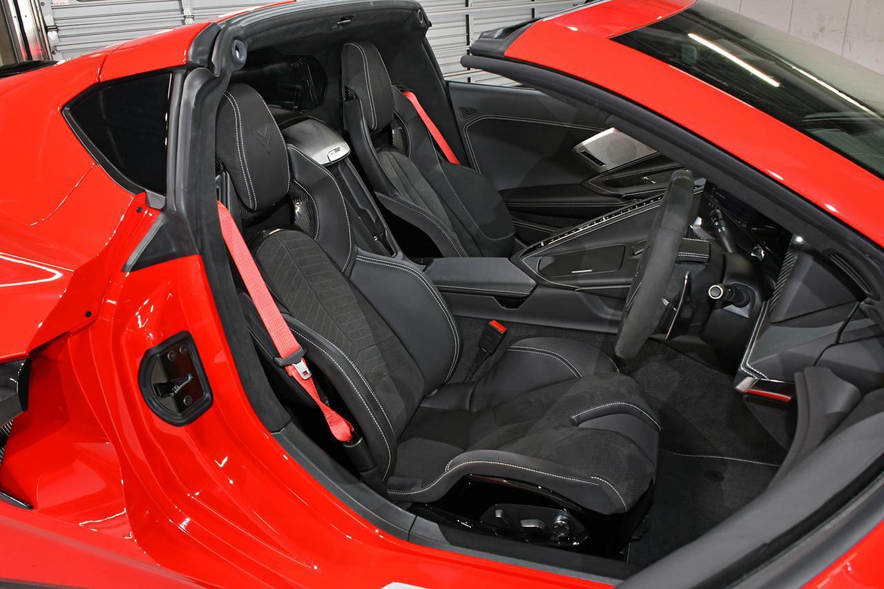 画像: 3LTに装備されるコンペティションスポーツバケットシート。カラーバリエーションとして写真のジェットブラックのほか、タン色にも似た上質なナチュラルディップドもラインナップ。