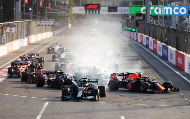 画像: 赤旗中断の後のレースのスタート1コーナー。2番手のハミルトンがトップのペレスに並びかけるが、そのまま止まりきれずにコースアウト。ハミルトンはノーポイントに終わる。