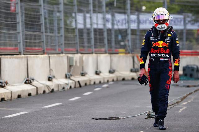 画像: 優勝まで残り5周、フェルスタッペンは左リアタイヤが突如パンクしてリタイアとなってしまう。