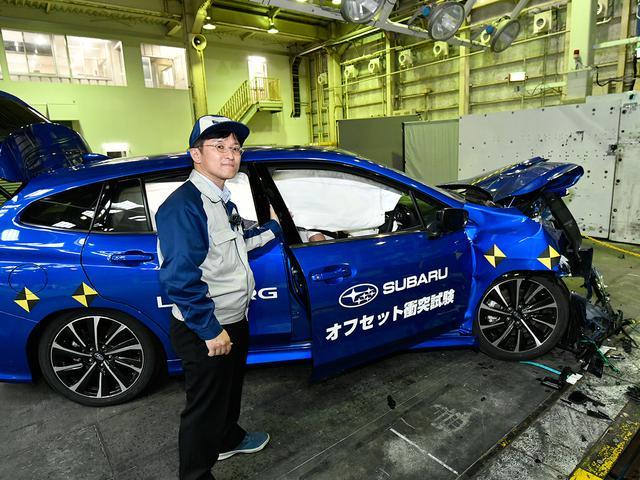 画像: オフセット衝突試験の直後、車体は大きく変形しているにも関わらず、車両安全開発部の古川部長の操作でもドアはしっかり開閉できた。