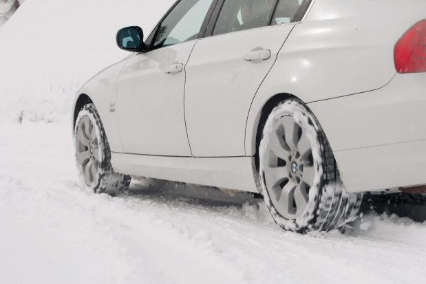 画像: 325i xDriveで、雪の中、アクセルを踏み込み急発進してみると、一瞬だけリアがホイールスピンに陥るが、その状態を車両が瞬時に判断し、前後に必要なトルク配分をするためトラクションがかかるようになった。