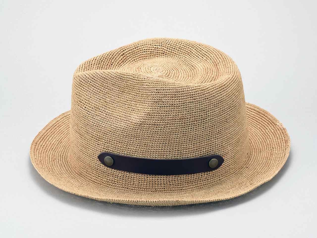画像: サイドのベルトを外し、くるっとたたんだ帽子に巻きつけ、スナップでとめれば帽子が広がらずコンパクトに持ち運びできる。