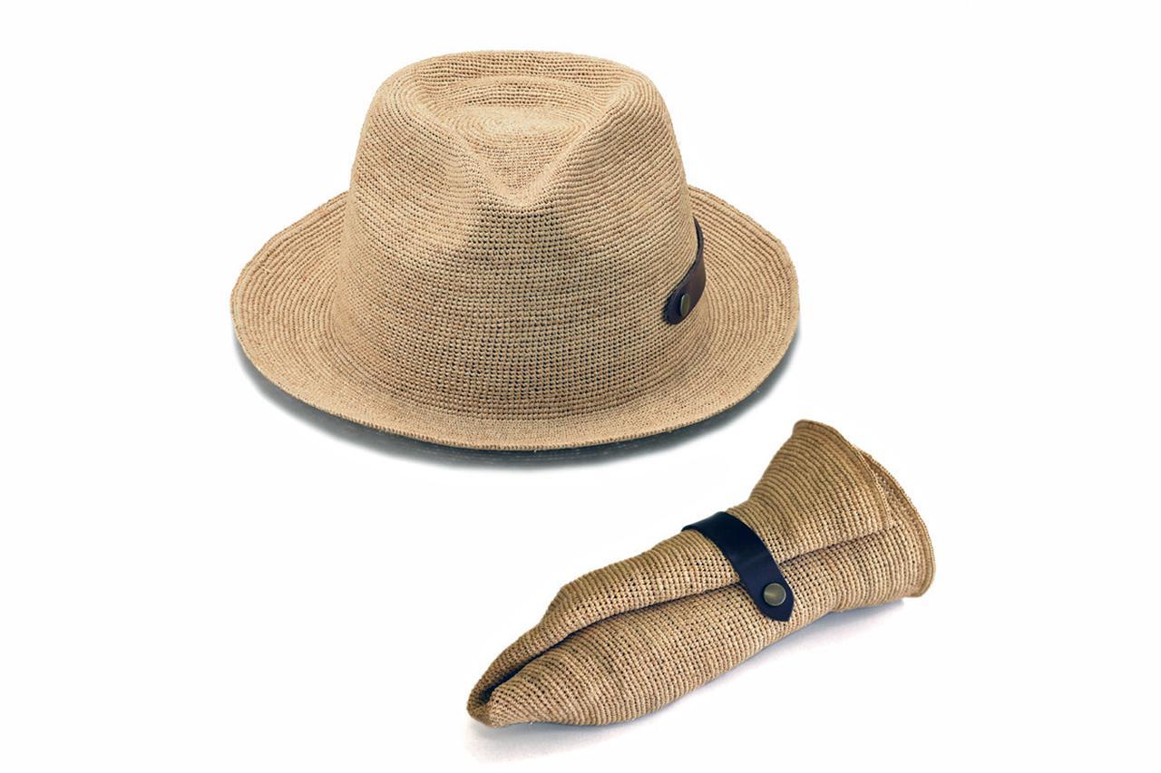 画像: マダガスカル原産の「ラフィア椰子」の葉を加工した天然素材を用いた帽子。折りたたむこともできる。
