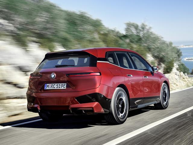 画像: ボディカラーは、iX xDrive40ローンチエディションがソフィストグレーブリリアントエフェクトの2種類。iX xDrive50ローンチエディションは、BMW インディビジュアル アベンチュリンレッドの1種類。