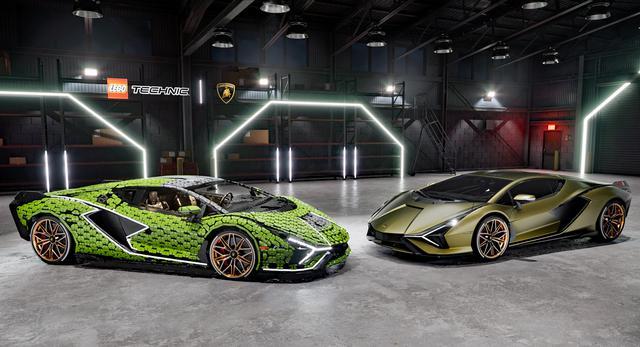画像: 実車のシアン(写真右)と外寸はまったく同じに仕上げられた実物大モデル。