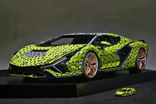 画像: シアンの実物大モデルと、手前は1/8スケールモデル。いずれもLEGO ブロックで製作されている。