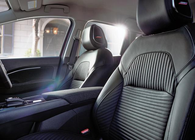 画像: レザーセレクションでは本革三層構造シートを採用。標準車はツイード表皮となる。