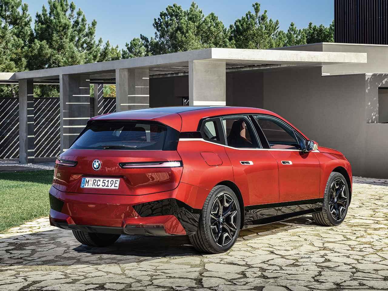 画像: BMW iX。最高出力500ps以上を発生する2基の電気モーターを搭載し、0→100km/h加速性能は5秒未満。