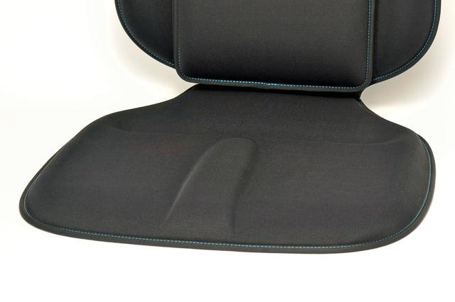 画像: 座面中央のフロントサポート、後部のヒップサポート、サイドのレッグサポートなどが、長時間の正しい姿勢をキープする。