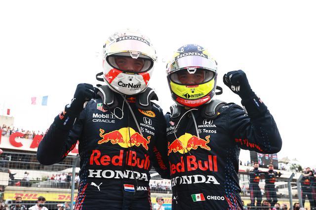 画像: 見事な戦略、チームワークでレッドブル・ホンダは優勝と3位のポジションを獲得。メルセデスを攻略した。マックス・フェルスタッペン(左)とセルジオ・ペレス。