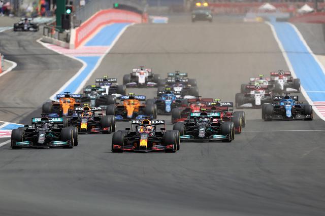 画像: フランスGPのスタートシーン。ポールポジションからスタートしたフェルスタッペンは、スタートを上手く決めたものの、1コーナー出口で膨らんでルイス・ハミルトン(メルセデス)にリードを奪われる。