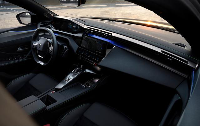 画像: 最新の「3D i-Cockpit」デザインを採用したインテリア。見やすく操作しやすくしくなった10インチタッチスクリーンディスプレイ、さまざまな機能へのショートカットを可能にするバーチャル i -トグルを備える。