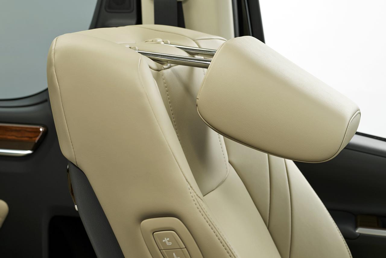 画像: 助手席可倒式ヘッドレストを全車に標準装備して、後席からの広い視界を確保している。