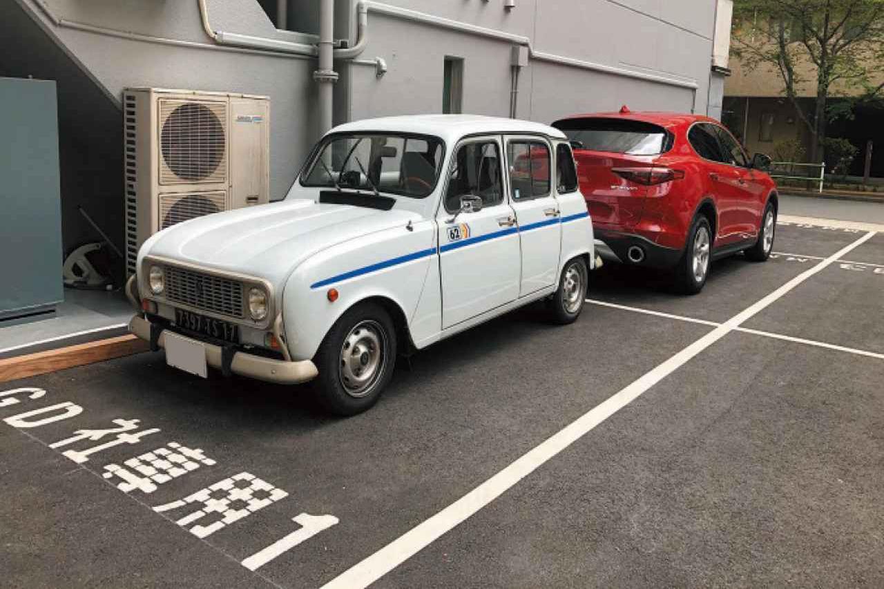 画像: 会社の駐車場にて。MMステルヴィオ号と背中合わせで並ぶ懐かしのルノー4(キャトル)。