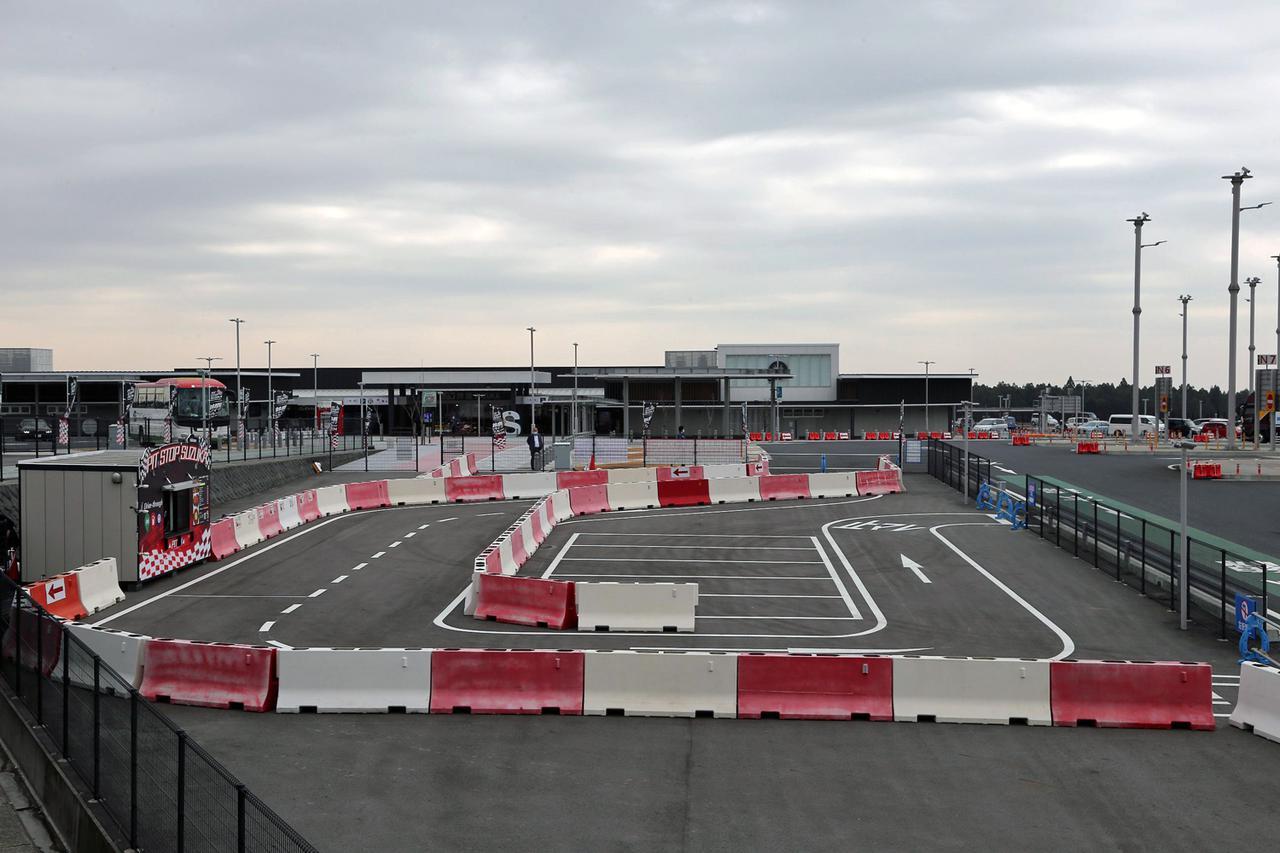 画像: サーキットを模したかのようなドライブスルーの全景。写真左側にピットストップ SUZUKAが見える。残念ながら鈴鹿サーキットのような立体交差はない。