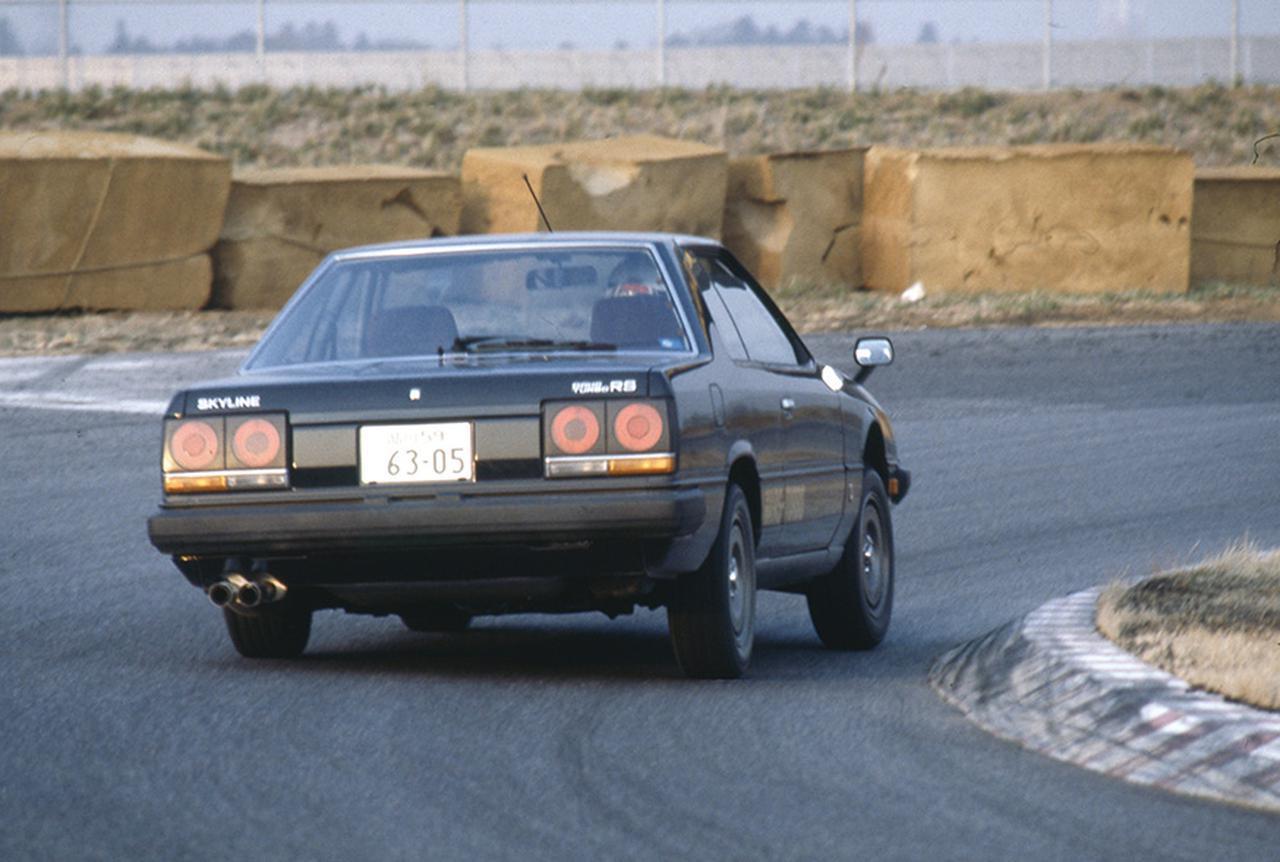 画像: コーナー脱出に向けてリアタイヤに荷重を移しつつ立ち上がる。弱アンダーステアの理想的な姿勢だ。