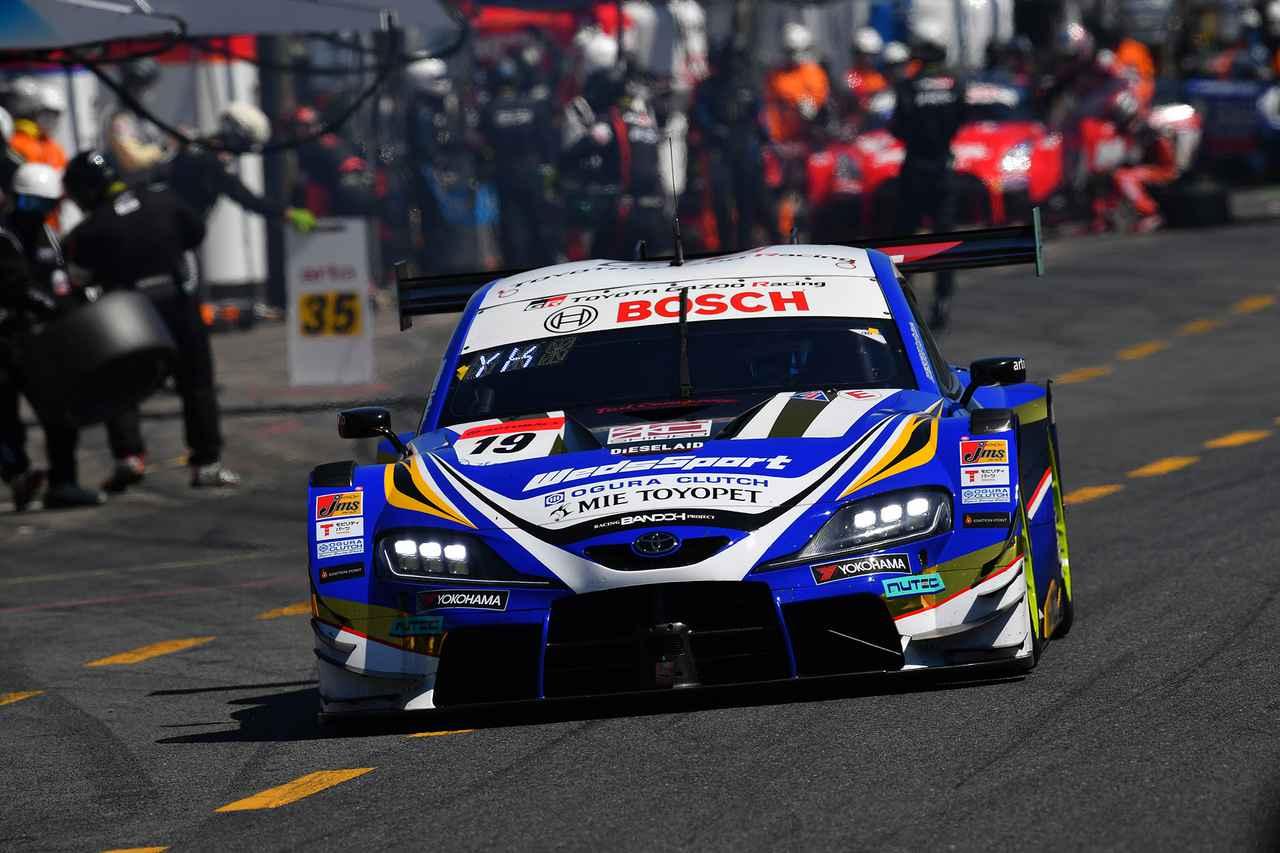 画像: トップでピットに向かった19号車スープラだが、ピット作業後は再び2番手に後退。